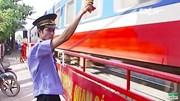 Nhân viên gác chắn cứu đoàn tàu 200 khách được khen thưởng