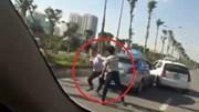 """Va chạm giao thông, 2 tài xế taxi """"so găng"""" giữa đường"""