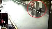 Tủ lạnh bị thổi như bay trong bão Megi ở Đài Loan