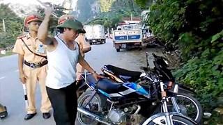 Xin cảnh sát bất thành, lái xe 'ăn vạ' đập nát xe