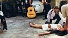 Cô gái ngất xỉu, ngã vật ra đất khi được bạn trai cầu hôn gây sốt