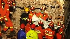 Rớt nước mắt cảnh bố mẹ hy sinh để cứu con nhỏ trong tòa nhà bị sập