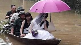 Đường ngập lũ, cô dâu lênh đênh trên thuyền về nhà chồng