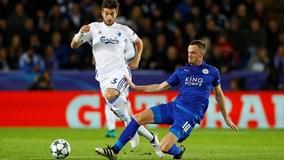 Mahrez lập công, Leicester toàn thắng ở Champions League, đối mặt án phạt vì pháo sáng