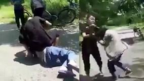 Nhóm nữ sinh đánh bạn gái dã man vì ghen, còn bắt liếm chân