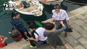 """Dân Ý hốt hoảng với du khách TQ """"bạo hành"""" nhím biển"""