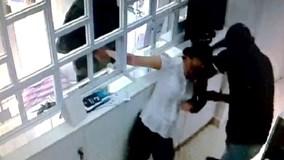 Cướp đè nữ nhân viên, dùng súng uy hiếp