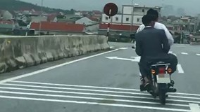 """Hà Tĩnh: """"Ma men"""" lái xe máy đánh võng trên đường, người dân không cho đi tiếp"""