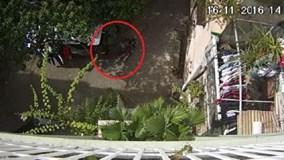 Cướp táo tợn giật túi xách ngay trước nhà nạn nhân rồi bỏ chạy
