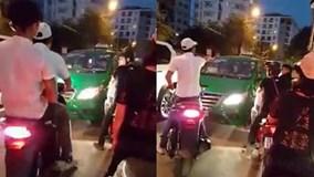 Hai thanh niên xăm trổ dọa tài xế taxi vì lấn làn trong giờ cao điểm