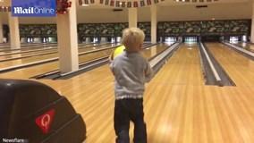 Cú ném bowling may mắn đến khó tin của bé trai