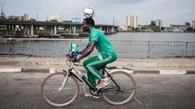 Vừa đạp xe hơn 100km, vừa giữ thăng bằng bóng trên đầu