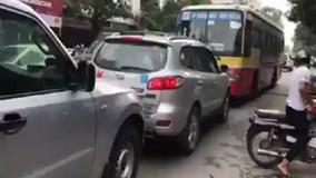 Xe buýt nghênh ngang chạy lấn làn bị ô tô ép lùi trên phố