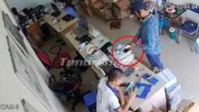 Mải dùng smartphone, thanh niên bị trộm điện thoại ngay trước mặt