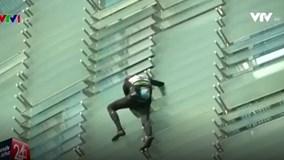 """""""Người nhện"""" chinh phục tòa nhà chọc trời tại Barcelona"""