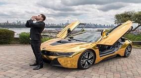 Chặn đường chụp hình, ngôi sao YouTube bị đập vỡ kính BMW i8