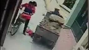 Đứng tim cảnh cháu bé ngã trong ngõ suýt bị xe ba bánh cán qua