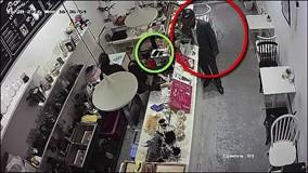 Vờ mua hàng, trộm 'cuỗm' 2 điện thoại ngay trước mặt nhân viên