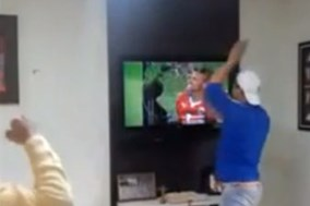 Fan cuồng đập tan tivi khi xem Brazil đá 11m