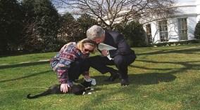 Chiếc áo khoác bà Clinton mặc suốt 20 năm có gì đặc biệt?