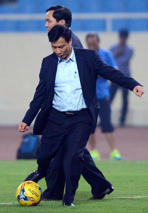Bộ trưởng Nguyễn Ngọc Thiện tâng bóng khiến Công Vinh, Công Phượng tròn mắt