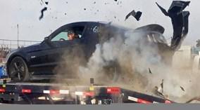 Choáng với sức công phá của vụ nổ lốp xe Mustang GT