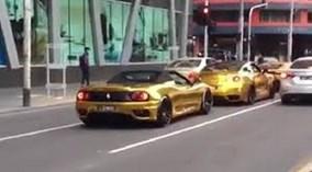 Bộ 3 siêu xe mạ vàng náo loạn đường phố