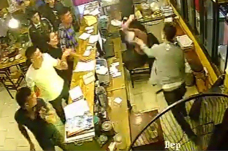 Hà Nội: Nữ nhân viên bị nhóm thanh niên hành hung, quỵt tiền