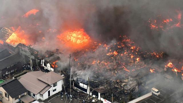Đám cháy từ một nhà hàng Trung Quốc đã lan rộng ra hơn 140 tòa nhà lân cận. (Ảnh: AP)
