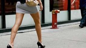 Công chức Hà Nội không được mặc áo không cổ và váy ngắn