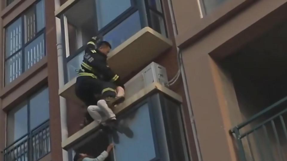 Rợn người lính cứu hỏa từ trên cao chộp cô gái nhảy lầu - 1
