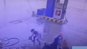 Hai thanh niên vào cây xăng dùng súng để... trộm gà