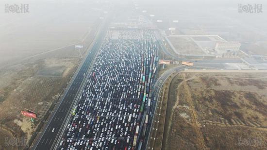 Ảnh chụp từ trên cao cho thấy cảnh tượng tắc nghẽn kinh hoàng trên tuyến đường cao tốc Jinggang'ao, nối thủ đô Bắc Kinh với Hong Kong và Macao, vào chiều ngày 2/1.