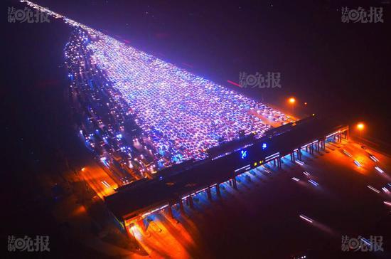 Lượng xe và người di chuyển tăng vọt trong các kỳ nghỉ lễ tại Trung Quốc đã khiến giao thông quá tải, gây ùn tắc.