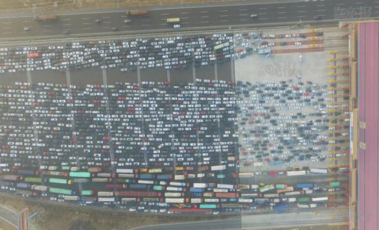 Theo Sina, vào khoảng 3 giờ chiều qua, hàng trăm nghìn phương tiện đã bị ách tắc trên tuyến cao tốc Jinggang'ao.