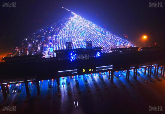 Tắc đường dài hàng km trong đêm ở cửa ngõ Bắc Kinh.