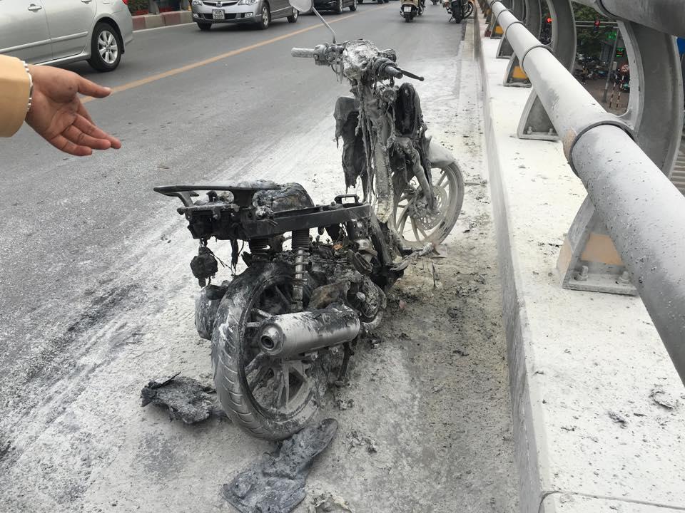 Hà Nội: Xe máy bốc cháy ngùn ngụt trên cầu vượt