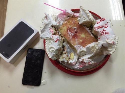 """""""Soái ca"""" giấu iPhone 7 trong bánh kem tặng bạn gái - 2"""
