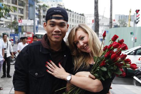 Chang trai Viet nhay cau hon ban gai Tay hon 7 tuoi giua Sai Gon - Anh 9