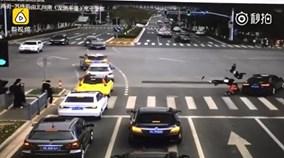 3 học sinh dắt tay nhau chạy sang đường bị ô tô hất tung