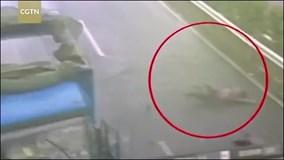 Tài xế bay ra từ cabin xe tải mất lái