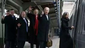 Cựu phó tổng thống Mỹ Biden lên tàu về quê với vé mang tên mình sau 8 năm