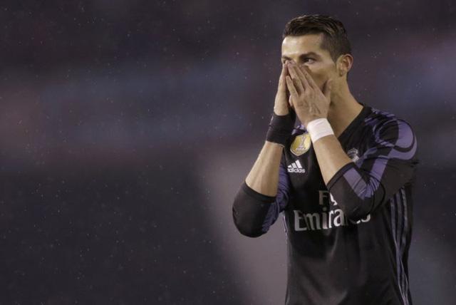 C.Ronaldo tiếc nuối sau pha bỏ lỡ khó tin