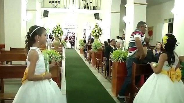 Khoảnh khắc sát thủ đi ngay sau cô dâu chú rể chỉ ít giây trước khi nổ súng trong đám cưới - Ảnh 3.