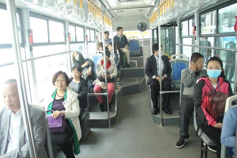 Ngày đầu buýt nhanh bán vé, phạt nguội lấn làn