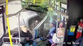 Shock với hình ảnh xe bán tải húc ngang hông xe bus tại Mỹ