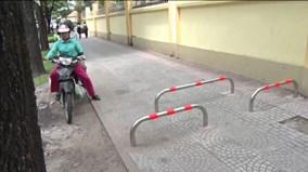 TPHCM lắp barie chặn xe máy chạy trên vỉa hè