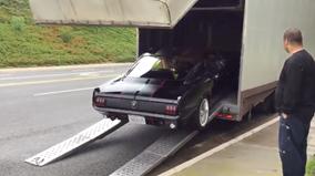 Đắng lòng khi xem cảnh vận chuyển Ford Mustang 1965