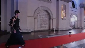 Người mẫu Thái Lan ngã nhào khi cố diễn trên thảm đỏ