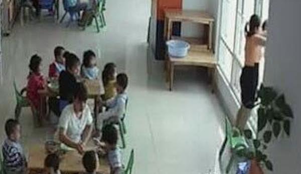 Hiệu trưởng mầm non doạ ném học sinh qua cửa sổ để ép ăn